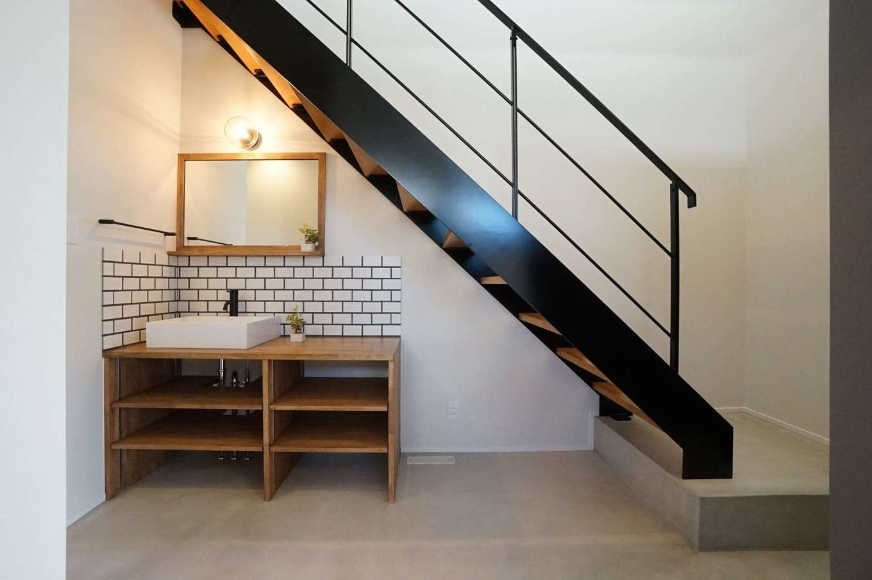 RIKYU (リキュー)【デザイン住宅、間取り、建築家】階段がリビング内にあると、子どもが思春期を迎えた頃に鬱陶しく感じるだろうと、玄関ホールに配置。ただし、LDKからも階段が見えるので奥さまも安心できる。階段下のデッドスペースを活かして、手洗いコーナーも設けた