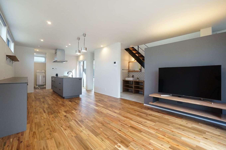 RIKYU (リキュー)【デザイン住宅、間取り、建築家】18畳のLDK。表情豊かなマーブル模様の床は無垢のアカシアで、経年変化も楽しみ。テレビステーションの上部を空けてあるので、玄関ホールの気配が伝わってくる