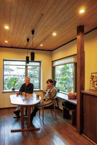 旭建設|大きな窓を配した明るいダイニング。タモの床に塗り壁、杉板張りの天井で、落ち着いたカフェのようなイメージに