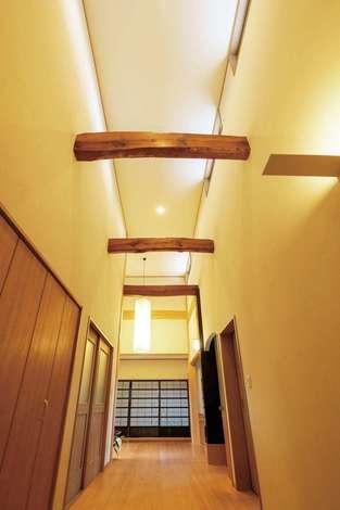 旭建設|高い天井に現しの梁が続く廊下は開放感もたっぷり。ここから各部屋へと光が届けられる