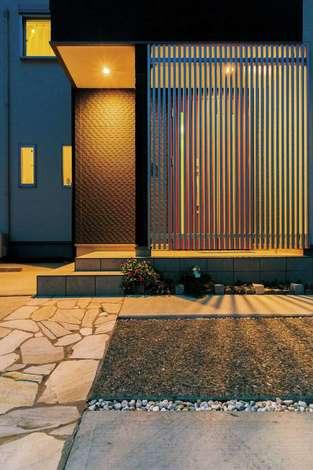 住宅工房 アリアンス|格子戸で外からの目線を緩やかに遮りつつ、光と風を通すファサード。帰ってくるたびにホッとする