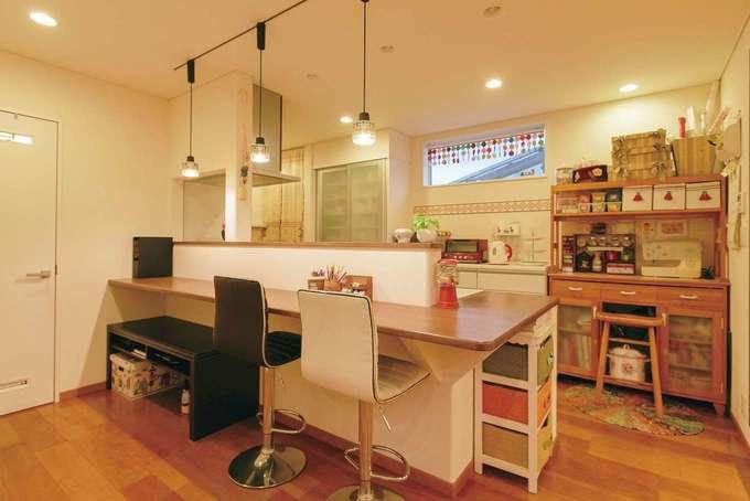 住宅工房 アリアンス|キッチンのすぐそばに奥さまの家事コーナーを造作。ミシンやPCなど、趣味の時間も確保した