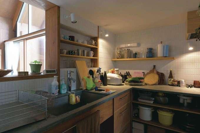 建杜 KENT(大栄工業)|オープンシェルフが使いやすいキッチンは奥さまの城。背面は回遊できる大容量のパントリー