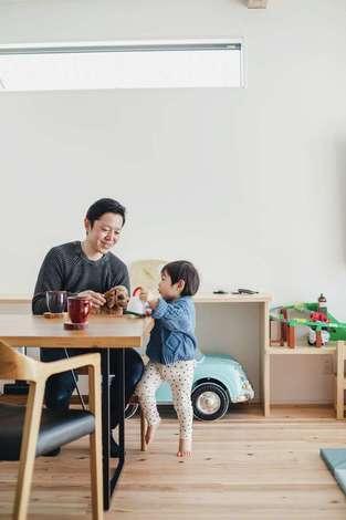 フジモクの家(富士木材)|造作のカウンターは途中で高さを変えて、用途や成長に対応。窓の位置やサイズは外部からの視線に配慮されている