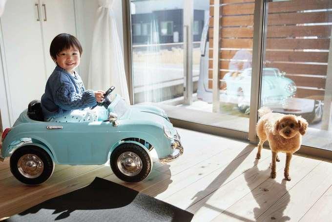 フジモクの家(富士木材)|床には踏み心地やさしく、香り爽やかな静岡県産のスギを採用。デッキは手入れの手間を考え、タイル製に