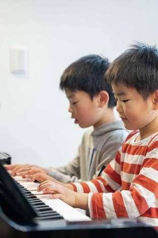 省燃費住宅 大洋工務店|次男が受けるグレードテストの課題曲は「かっこう」と「チューリップ」。奥さまが子どもの頃に使っていたピアノで、長男に負けじと上手に両手で弾いていた