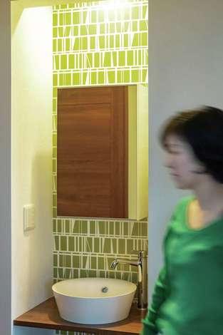 省燃費住宅 大洋工務店|2階廊下に設えた造作の洗面台は壁紙がアクセント