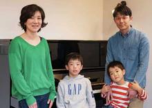 夫婦は共働き。小2の兄と年長さんの弟は、喧嘩しながらも、遊びに学びにと毎日一緒。元気で活発な子どもたちのために、広すぎず、家族の気配を感じられる自由設計の家を手に入れた。