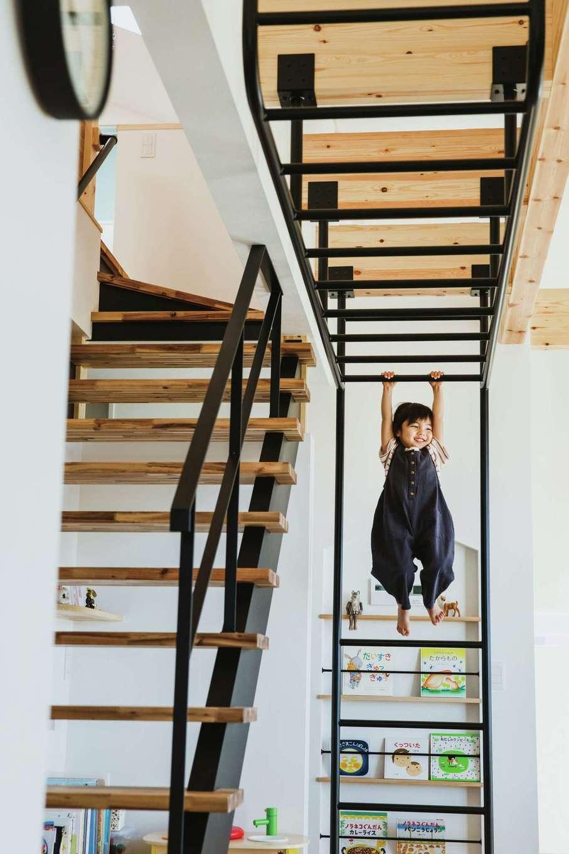 ワンズホーム【デザイン住宅、子育て、建築家】2歳の長女は、うんていに1人でスイスイ!