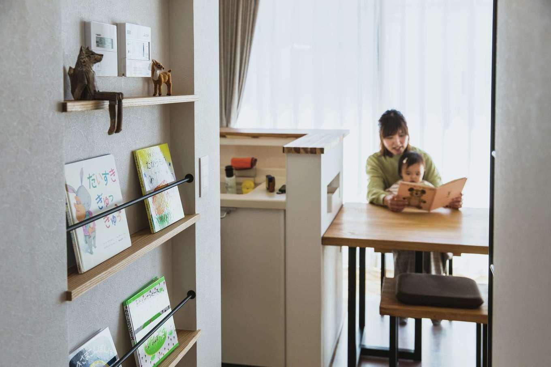 ワンズホーム【デザイン住宅、子育て、建築家】ブックニッチに絵本が並び、暇があれば読み聞かせを