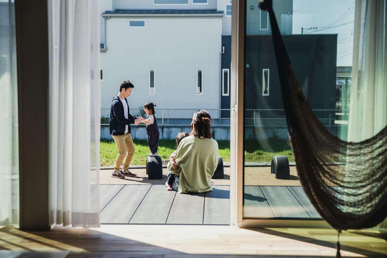ワンズホーム【デザイン住宅、子育て、建築家】大きな窓の外にはデッキテラスを用意。子どもたちが遊ぶ姿を眺める時間も幸せ