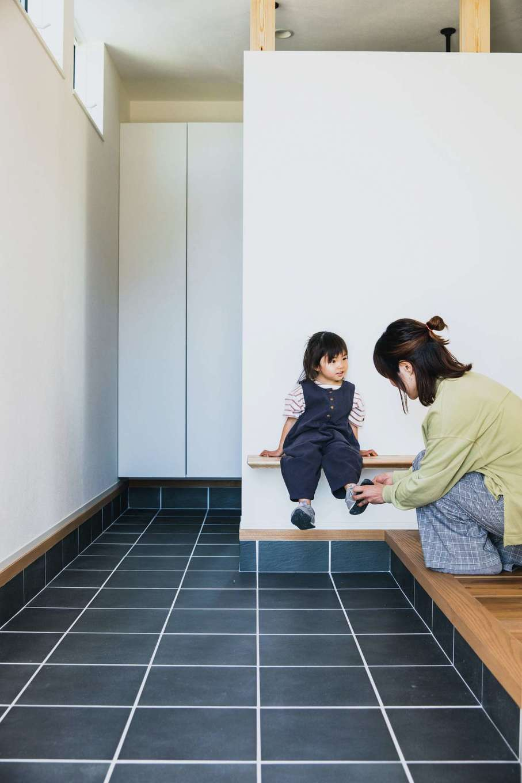 ワンズホーム【デザイン住宅、子育て、建築家】大工が手作りしたTVボードは玄関土間までせり出し、ベンチがわりにも