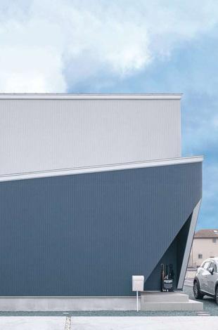 ティアラホームスタイル|窓がほとんどない、シンプルな外観。クールなブルー×グレーの配色、鋭角に切り取った玄関ポーチがカッコいい