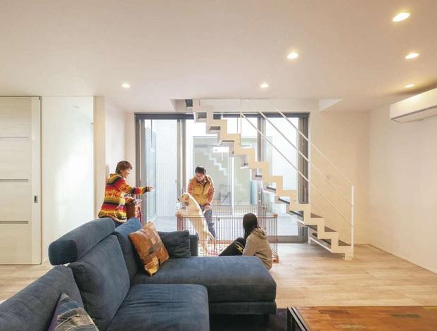 ティアラホームスタイル|リビングのスケルトン階段下がサンちゃんの居場所。くつろぐ家族のそばにいられて、留守番中も外の様子を見ることができる