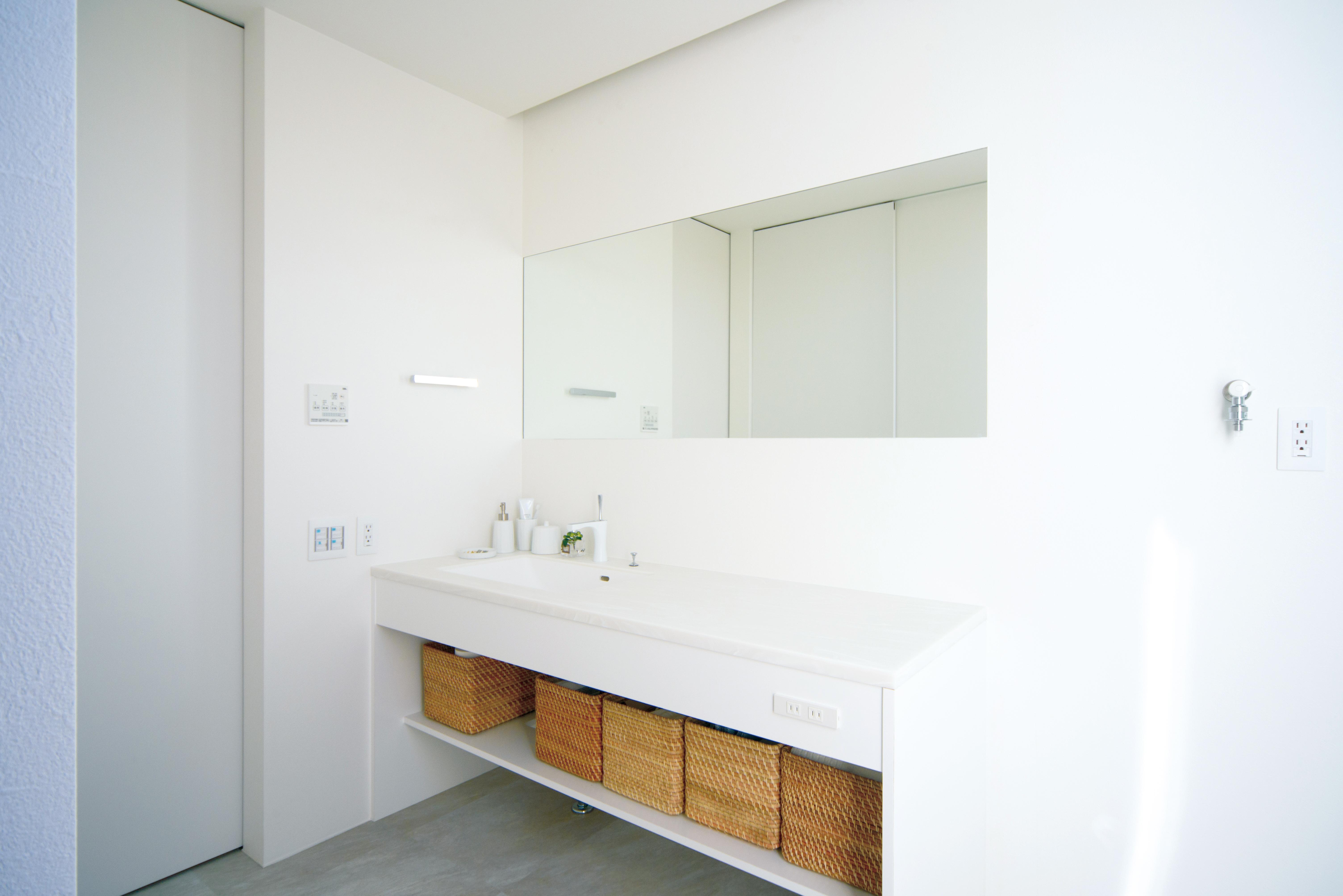 SIMPLE is.../シンプルイズ【岡崎市岡町字東神馬崎北側41番1・モデルハウス】洗面台の幅を広くとることで、朝の混雑する時間でも横一列に並んでお支度できる。脱衣室自体も広く、入浴と洗濯の時間が重なってもストレスフリー