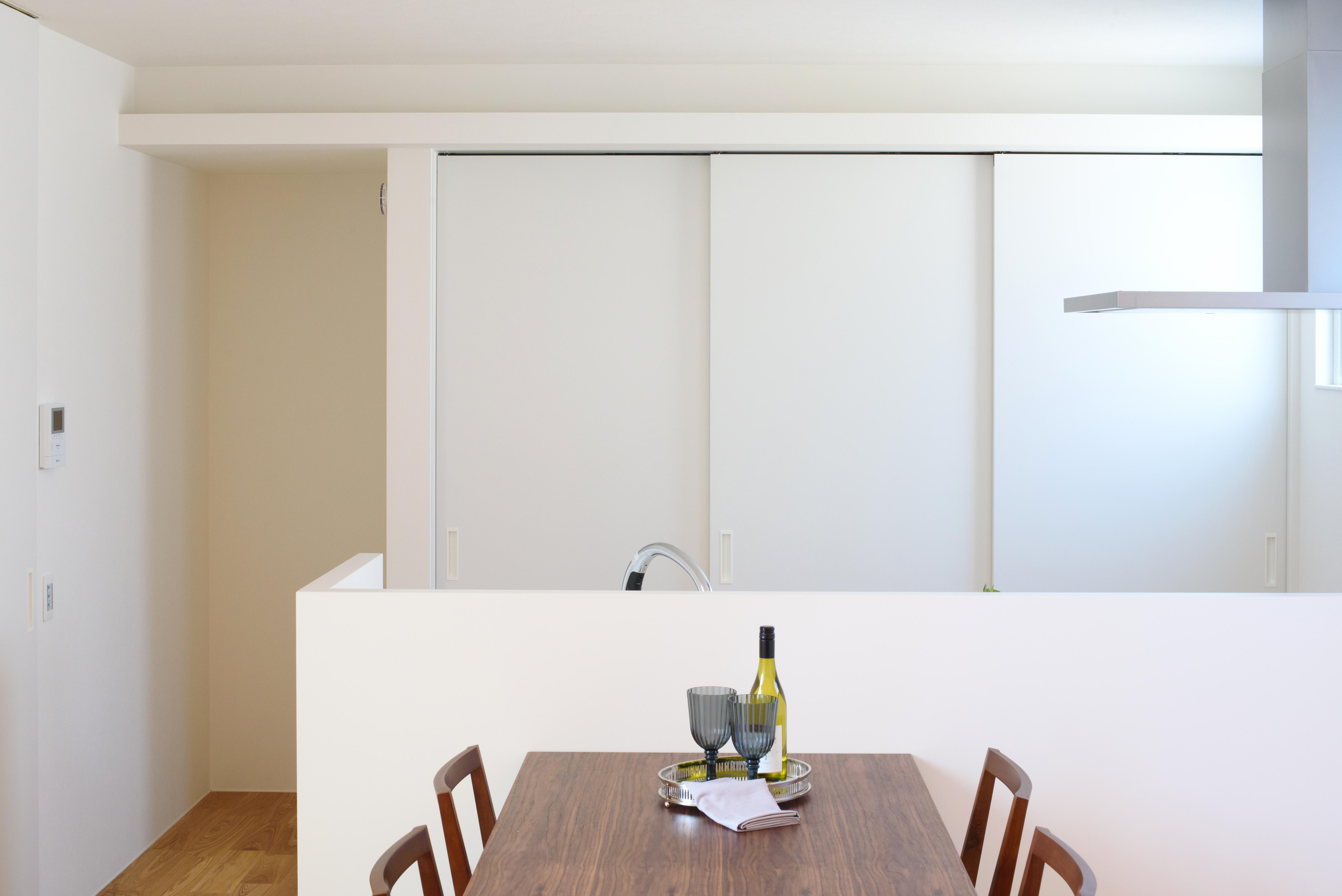 SIMPLE is.../シンプルイズ【岡崎市岡町字東神馬崎北側41番1・モデルハウス】生活感のないダイニングキッチン。不意の来客時でも、3連のスライドドアでカップボードをサッと隠せる