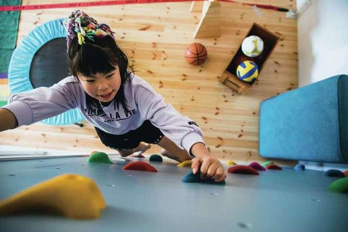 tonokEn|子ども部屋代わりの「体育館」からボルダリングを登ってロフトへ。さすがスポーツ万能夫婦の子どもだけあって、運動神経はバツグン!