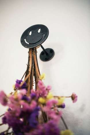 tonokEn|アイアンで作られたスマイルのブーケかけ。こだわったデザインが垣間見え、幸せな気分に