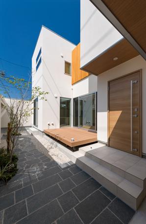 i.u.建築企画【デザイン住宅、建築家、ガレージ】中庭も建物全体と一緒にトータルでデザインし、統一感あふれる住まいが実現。ウッドデッキや庭をフルに使って、周囲に気兼ねなくバーベキューやホームパーティを楽しめる