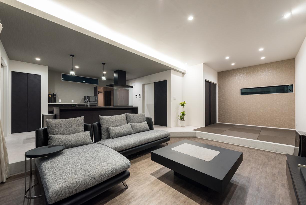 i.u.建築企画【デザイン住宅、間取り、建築家】LDKの床にはすべてフロアタイルを使用し、シンプルモダンにデザイン。リビングの一角には畳コーナーもあり、小上がり風でありながら、ダイニングキッチンとフラットに繋がっている