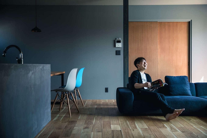 Takukenchiku【デザイン住宅、間取り、インテリア】できるだけ伸び伸びと過ごせるように、オープンキッチンやソファの高さを低く設定。腰の位置を越える家具がなく、約20畳のLDKがより広く感じられる