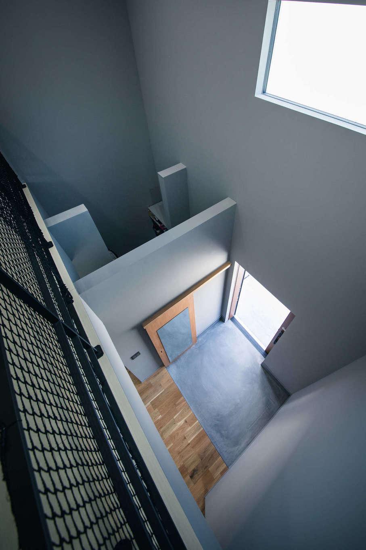 玄関と土間収納の上部は吹き抜けになり、2階ホールと繋がる。窓からの柔らかな光が家中を照らす反面、「断熱性は十分。太陽光発電だけで電気代をまかなえるほどで、冬は1階のエアコンを稼働させると2階まで暖かいです」とご主人