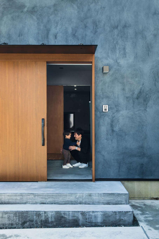 Takukenchiku【デザイン住宅、間取り、インテリア】ご主人の目標は「将来はIoT住宅に進化させること」。できるだけスマートに暮らせるよう、玄関ドアはキーレスエントリー仕様を採用した