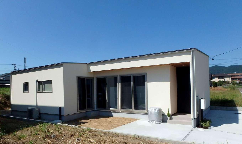 RIKYU (リキュー)【間取り、建築家、平屋】今も30年後も暮らしやすい平屋は、若い世代からも人気が高い。外壁の塗り壁は、超弾性、防水性、通気性、断熱性、光触媒に加え、錆びにくい「スタッコフレックス」を採用