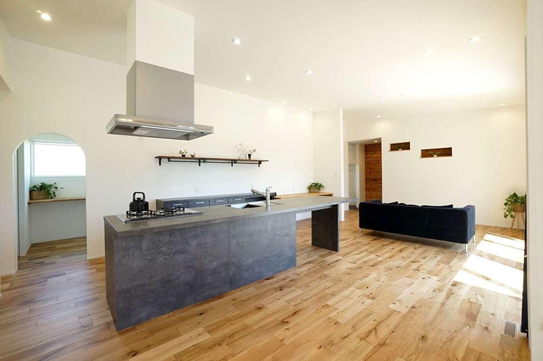 RIKYU (リキュー)【間取り、建築家、平屋】平屋ならではの大空間リビングは28.5畳。キッチンを起点に、どこにでもアクセスしやすい動線が魅力で、家族の気配を常に感じ合える。これほど広い空間ても、高気密・高断熱性能+24時間熱交換型換気システムにより、夏も冬も温度差の少ない快適な住環境を実現する