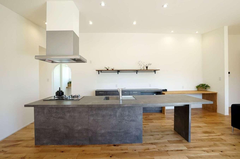RIKYU (リキュー)【間取り、建築家、平屋】ご主人やママ友といっしょに料理がしたいという奥さまのリクエストに応えて実現したアイランドキッチン。クッキングスタジオをイメージした