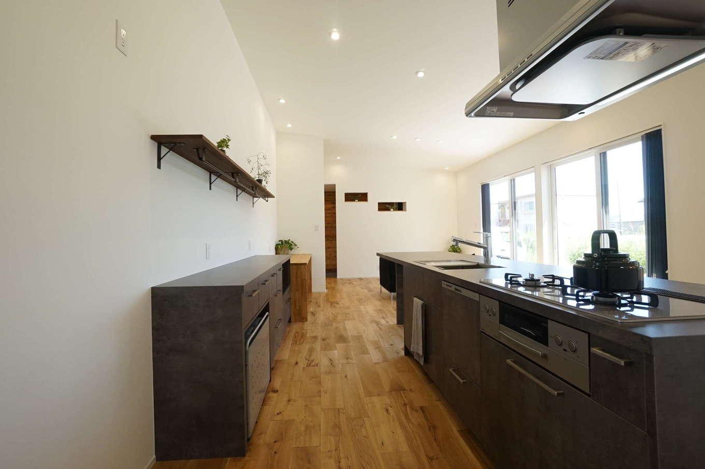 RIKYU (リキュー)【間取り、建築家、平屋】モルタルのような質感がかっこいいTJMのアイランドキッチン。熱や傷、水にも強く耐久性抜群。ダイニングテーブル一体型で、空間をより広く使うことができる