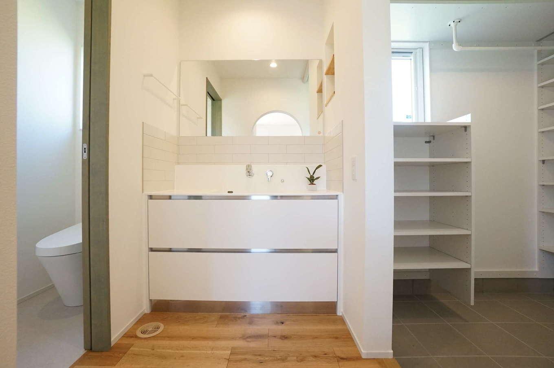 RIKYU (リキュー)【間取り、建築家、平屋】外から帰ってきたらすぐ手を洗えるよう、玄関から近い位置に洗面室、トイレ、浴室をレイアウト。洗面室と脱衣室を離したことで、誰かが入浴中でも気を遣わずに使用できる