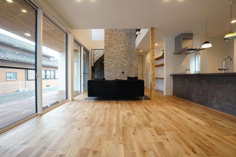 RIKYU (リキュー)【子育て、建築家、インテリア】外と中の一体感が心地いいLDK。ダイニングからリビングにかけて視界が開けていくので、より開放的に感じられる。天井まで届く大きなサッシは、内側の窓枠は白、外側は黒と使い分けている