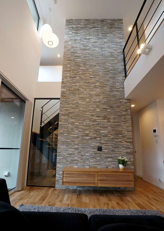 RIKYU (リキュー)【子育て、建築家、インテリア】オブジェのように美しいテレビステーションは建築家からのサプライズ。吹抜けを貫く圧倒的な存在感があり、空間のアクセントになっている