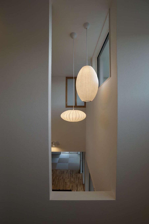 RIKYU (リキュー)【子育て、建築家、インテリア】照明計画も空間の仕上がりを左右する大事な要素の1つ。壁に陰影が反射する量や角度まで計算し尽くされている
