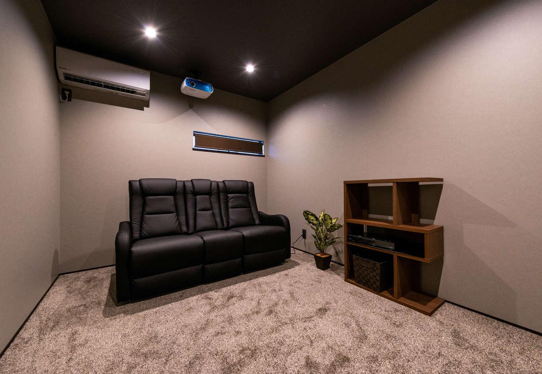 寿鉱業 ナーブの家【デザイン住宅、趣味、間取り】ご主人のたっての希望で実現した2階のシアタールーム。スクリーンは未使用時、天井内に収納できるようになっている