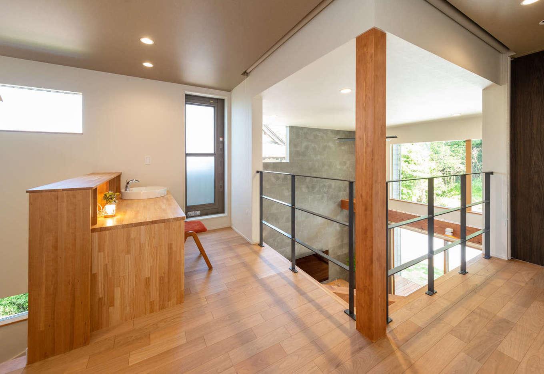 寿鉱業 ナーブの家【デザイン住宅、趣味、間取り】吹抜けに面した2階の多目的ホール。LDKや庭の風景を見渡せて、開放感が抜群。洗面カウンターの奥にはサービスバルコニーがある