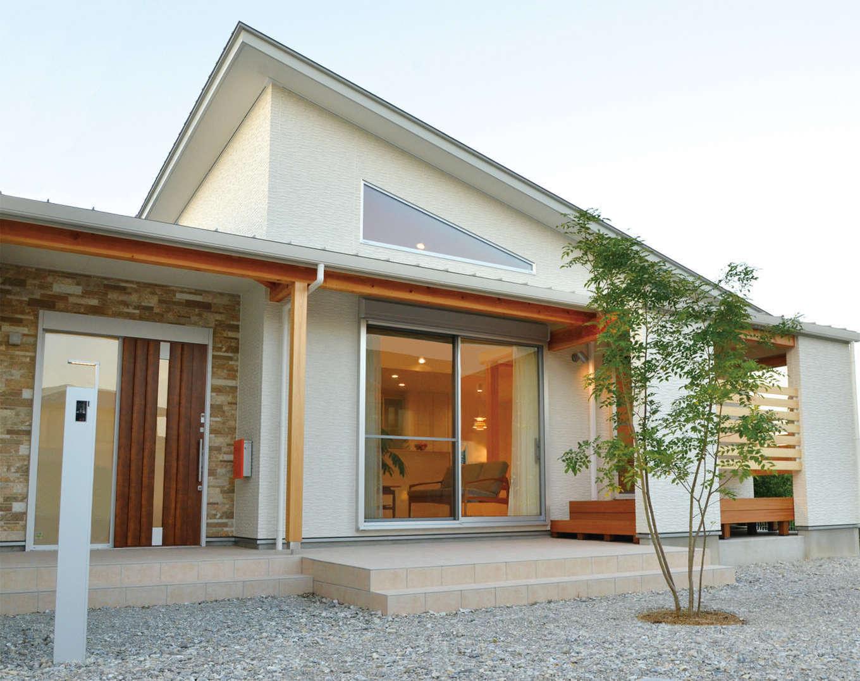 リビングの南面にはテラス、小上がりの和室の南面にはウッドデッキがあり、庭での暮らしも充実。建物には、勾配天井の角度に合わせて三角形のハイサイドライトを設置。室内に光をたっぷり採り込めるだけでなく、外観の意匠性も高まった