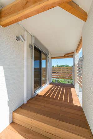 テラスとウッドデッキは階段で繋がっている。ウッドデッキの部分には目隠しの格子を設けてあり、周囲の視線を気にすることなく、アウターリビングとしてゆっくりくつろげる