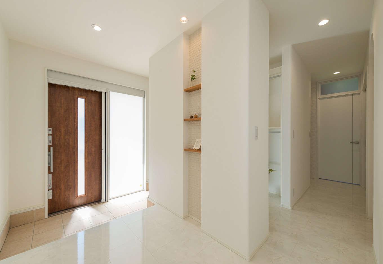 広い土間とシューズクロークを確保した玄関。玄関ドアの横を半透明にして明るさを確保