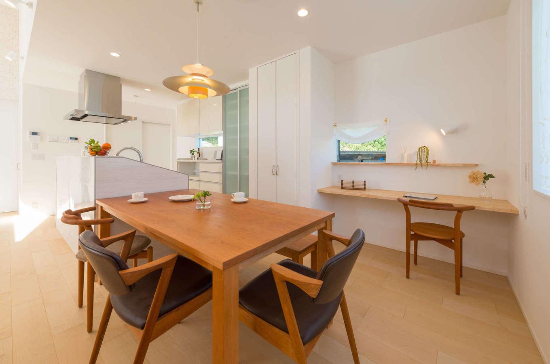 アイランドキッチンとダイニングテーブルを一列に配置してあるので、配膳や片付けがラクラク。ダイニングには子どもたちのスタディコーナーを確保し、キッチンから勉強している様子を見守れる