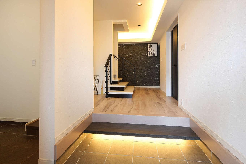 ロイヤルハウス岡崎店(ハート住いる)|開放感のある玄関ホール。正面奥の壁に天然石を張って、ラグジュアリー感を醸し出している