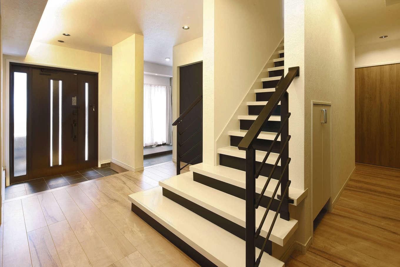 ロイヤルハウス岡崎店(ハート住いる)|回遊性をもたせた1階のエントランス。階段下、納戸など、収納スペースも充実させ、空間を常にすっきりと