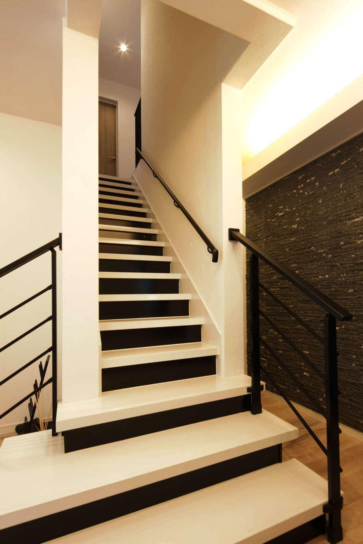 ロイヤルハウス岡崎店(ハート住いる)|既存の階段に下2段だけ増設し、さらにアイアンの手すりもプラスして使いやすく。デザイン性もアップ!