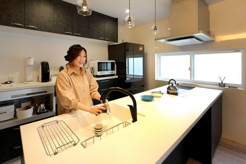 ロイヤルハウス岡崎店(ハート住いる)|奥さまお気に入りのキッチン。IHはPanasonicの3連型、黒い水栓金具はLIXIL。ワークトップを広くして、ダイニングカウンターとしても使用できるようにした