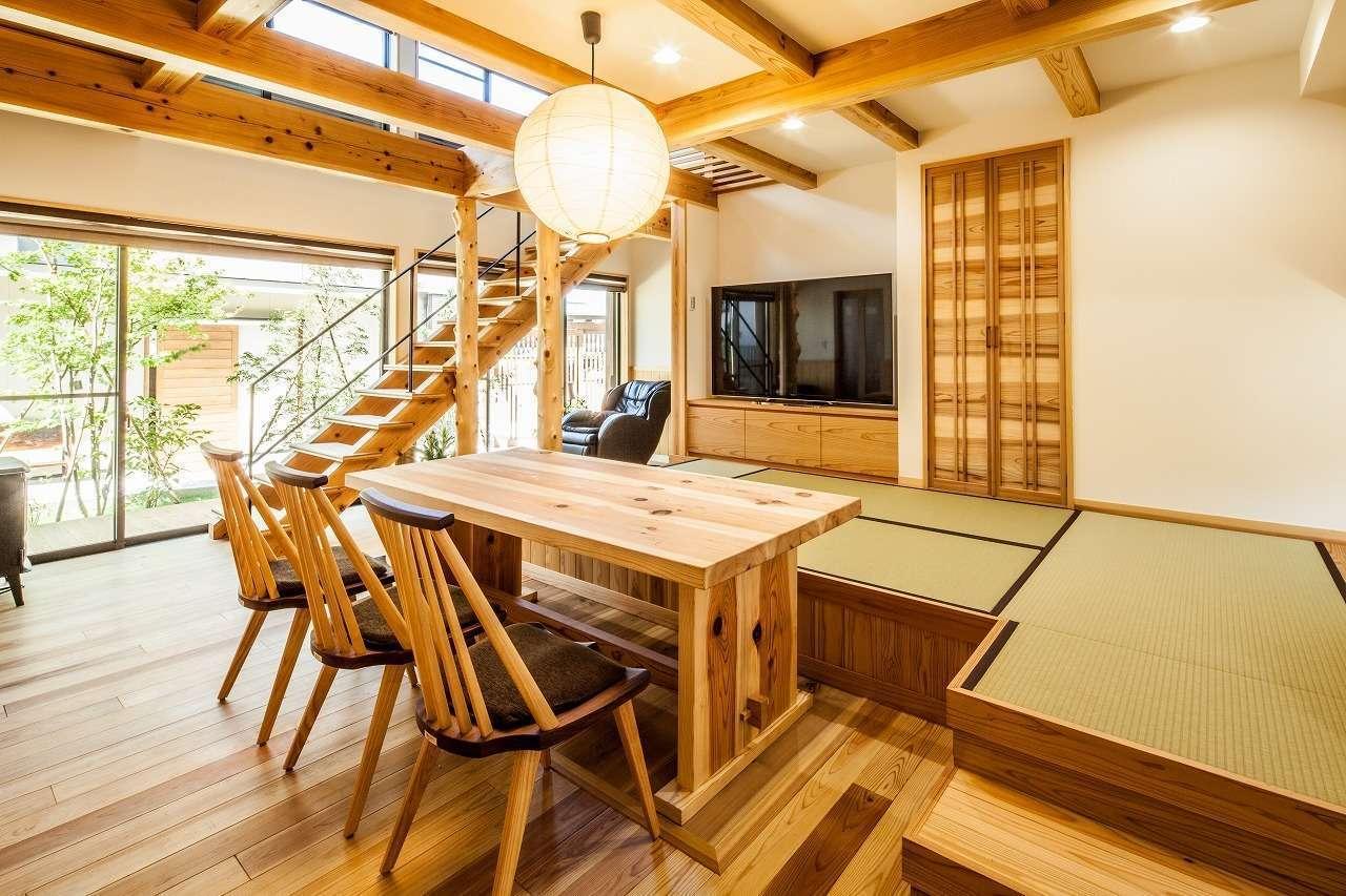 安藤建築【デザイン住宅、自然素材、建築家】無垢材を惜しみなく使った1階のLDKは26畳の大空間。小上がりの畳スペースはお母さまがリビングとして使っている。畳の下部は収納