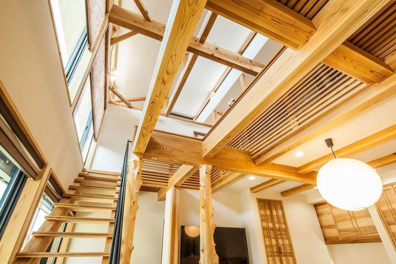 安藤建築【デザイン住宅、自然素材、建築家】吹抜けだけでなく、2階のスノコからも光が差し込んでくるLDK。スケルトンの階段を採用したことで目線が抜け、より開放感が増した