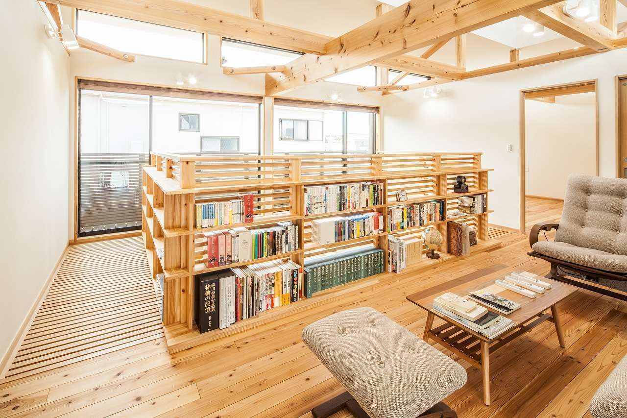 安藤建築【デザイン住宅、自然素材、建築家】吹抜けの手すりを活かして造作したファミリーライブラリー。場所も取らずに、大容量の本を収納できる。太陽光があたらない位置なので、本の背表紙も傷めない