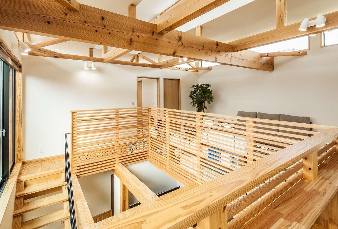 安藤建築【デザイン住宅、自然素材、建築家】高い天井と大きな吹抜けを有する2階ホール。適材適所に使われた無垢材、梁の組み方、手すりの仕上がりに大工職人の魂が息づいている