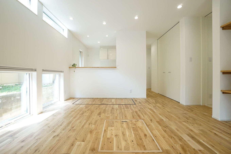 RIKYU (リキュー)【二世帯住宅、間取り、建築家】開口部からたっぷりの光が射し込むナチュラルテイストのLDK。全室に天井まで届くフルハイドアを採用し、より開放感をもたらす